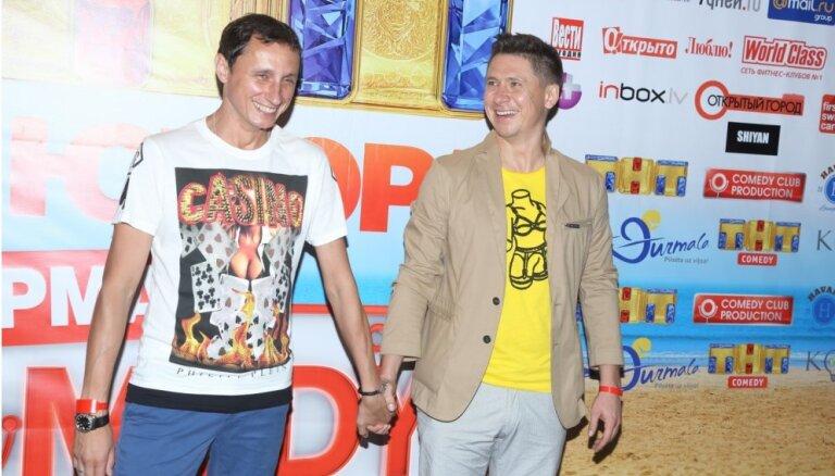"""ФОТО: Ангелы и """"цыганские короли"""" открыли фестиваль Comedy Club в Юрмале"""