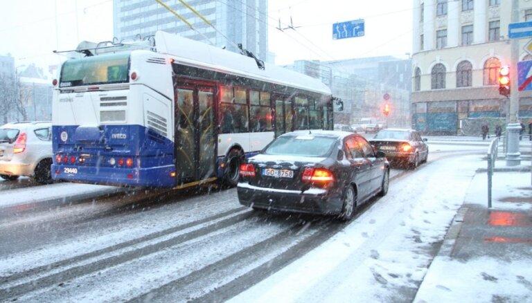 Эксперимент: автоводителям в снегопад проезд в транспорте Риги — бесплатный