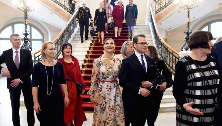 Foto: Zviedrijas kroņprincese apmeklē latviešu trimdas māksliniekiem veltītu izstādi