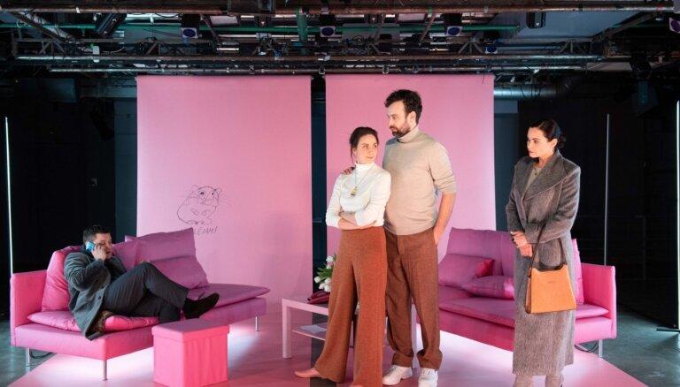 Nacionālajā teātrī iestudēta ģimenes konfliktkomēdija 'Slaktiņa dievs'