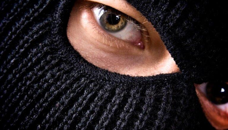 Maskās tērpti vīrieši Bauskā nolaupa 13 latus, telefonu un aizbēg ar zagtu mašīnu
