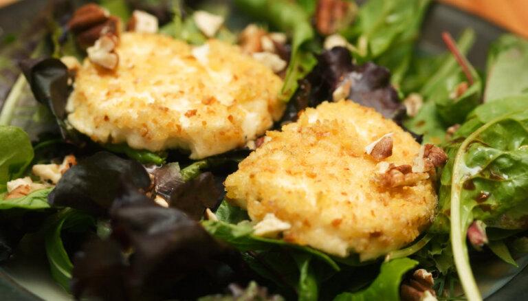 Panēts siers ar salātiem