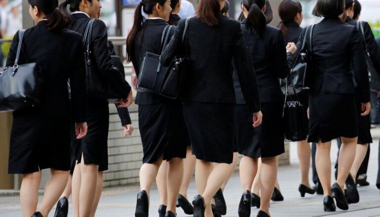 Japānā sievietes cīnās pret prasību darba vietā atrasties augstpapēžu kurpēs