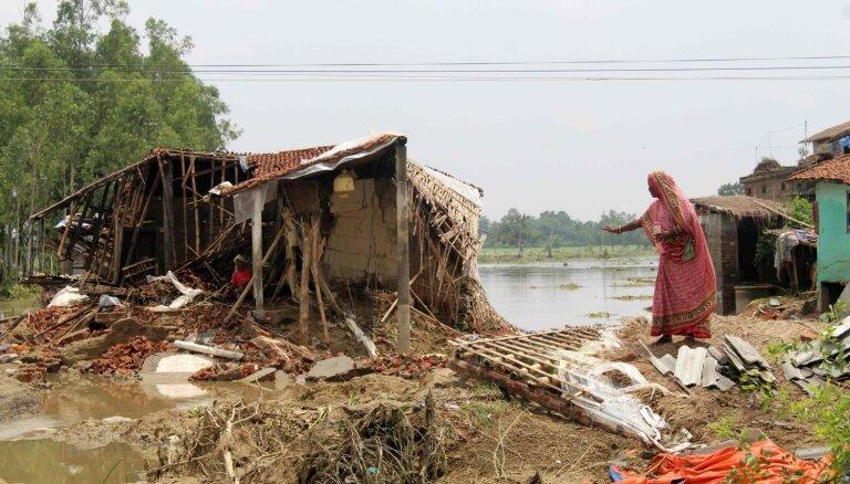 Lietavu izraisītos plūdos Dienvidāzijā bojāgājuši 164 cilvēki