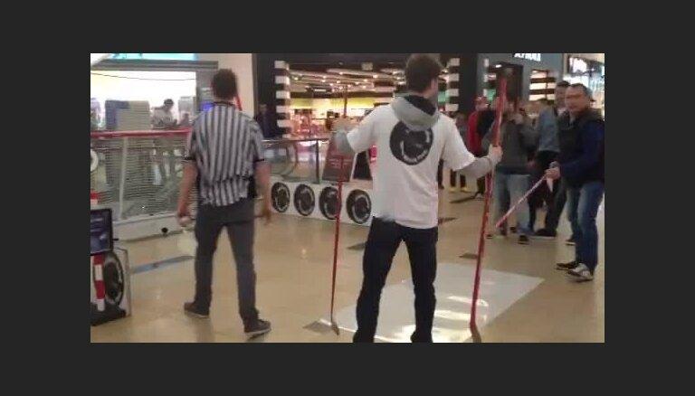 Video: Hokeja fanu izpriecas Prāgā