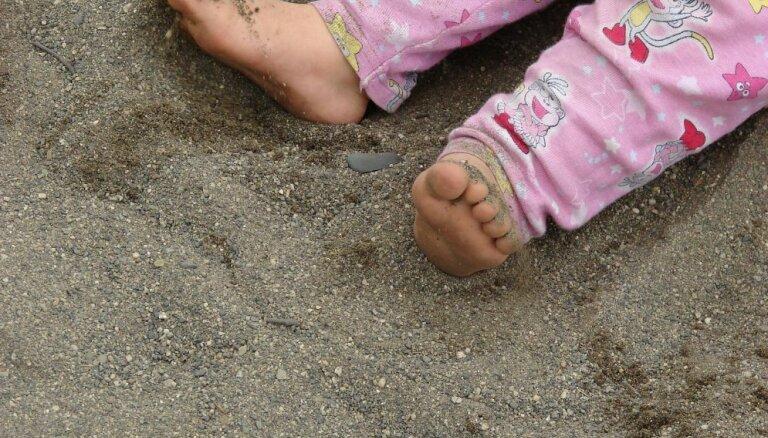 Прохожие нашли на улице двухлетнюю девочку: у нее констатировали обезвоживание и переохлаждение