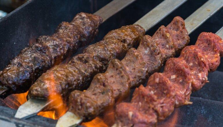 Grilējam kebabus: kā uzvērt malto gaļu uz iesma, lai tā nekristu oglēs