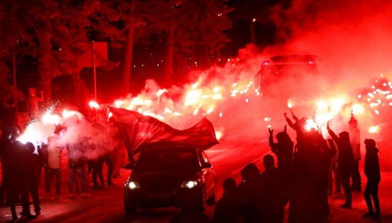 Video: 'Zeņit' fani iespaidīgi sagaida komandu pirms Eiropas līgas spēles