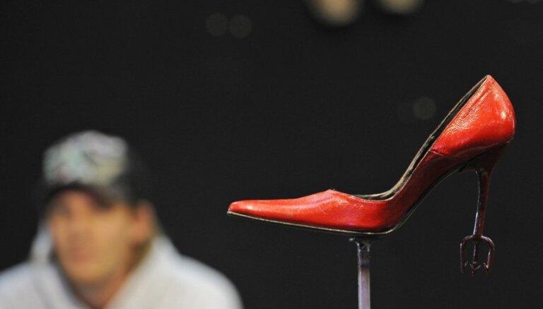 Видео срывает покровы: как создаются туфли Prada и Louis Vuitton