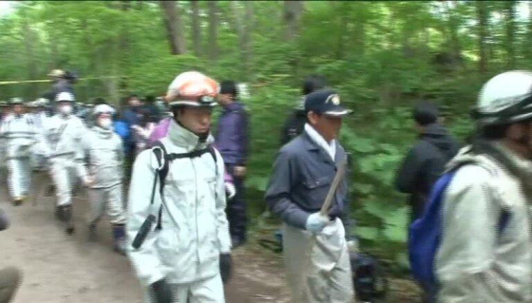 Video: Japānā vecāki audzināšanas nolūkos mežā pamet bērnu