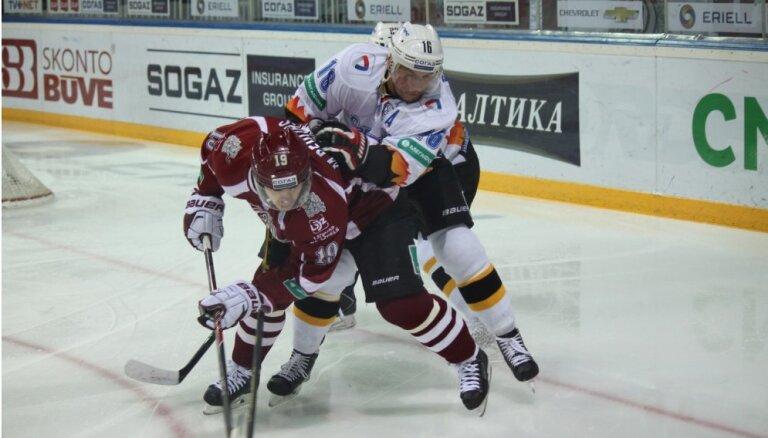 Rīgas 'Dinamo' izcīna svarīgu uzvaru; Ābolam junioram pirmie vārti KHL