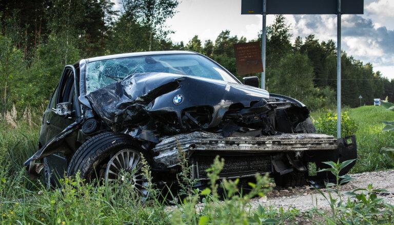 Braukt pa Latvijas ceļiem joprojām ir bīstamāk nekā Eiropā, atzīst Vectirāns