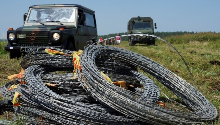 Литва приостановила возведение забора на границе с Беларусью: не хватает колючей проволоки