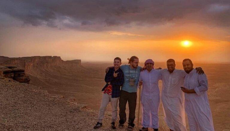 Ceļotāja piedzīvojumi noslēgtajā Saūda Arābijā: saindēšanās ar metanolu un arābu dzīrēs