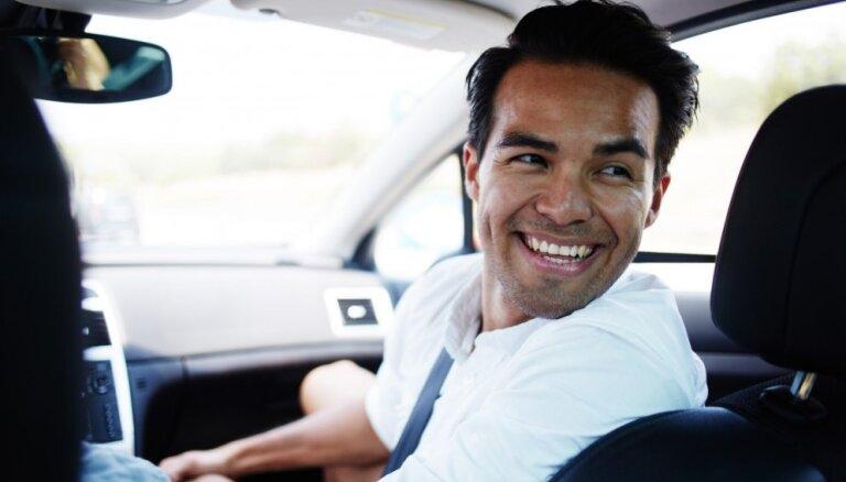 Vīrieši ir pat kaitinošāki blakussēdētāji automašīnā nekā sievietes, liecina aptauja