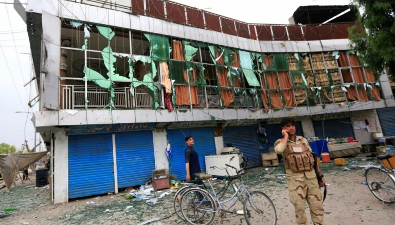 Uzbrukumā valdības ēkai Afganistānā nogalināti vismaz deviņi cilvēki