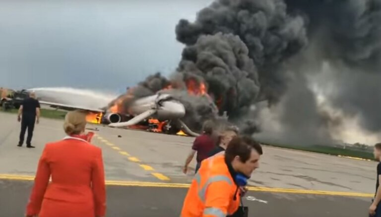 Video: Kā uz skrejceļa Maskavā dega SSJ-100