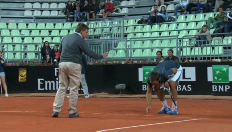 Video: serbu tenisis Troickis kašķējas ar tiesnesi un cenšas panākt savu taisnību