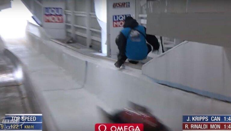 Video: Bobsleja trases darbinieks par mata tiesu izvairās no traģēdijas