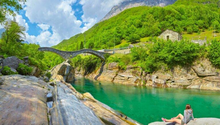 Gleznaina ieleja Šveicē, kur izpeldēties smaragdzaļā ūdenī