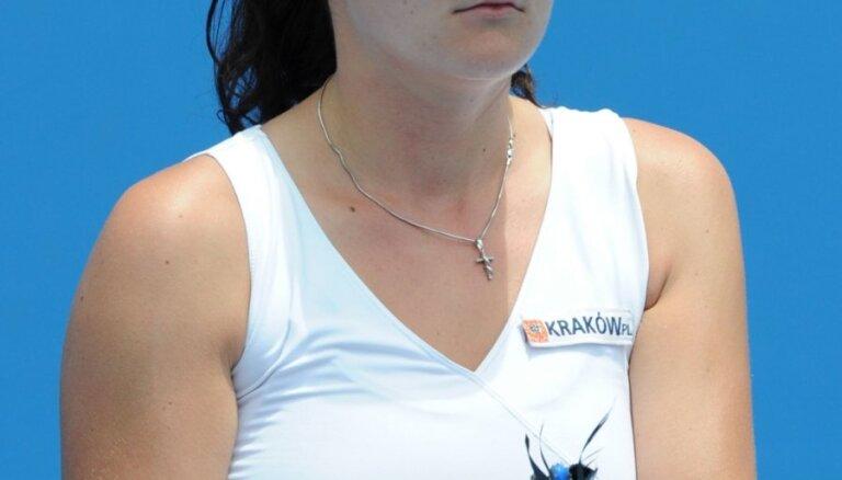 Polijas tenisistei Radvanskai negaidīti rokās salūst rakete