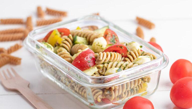 Pilngraudu pastas salāti ar mocarellu un bazilika pesto