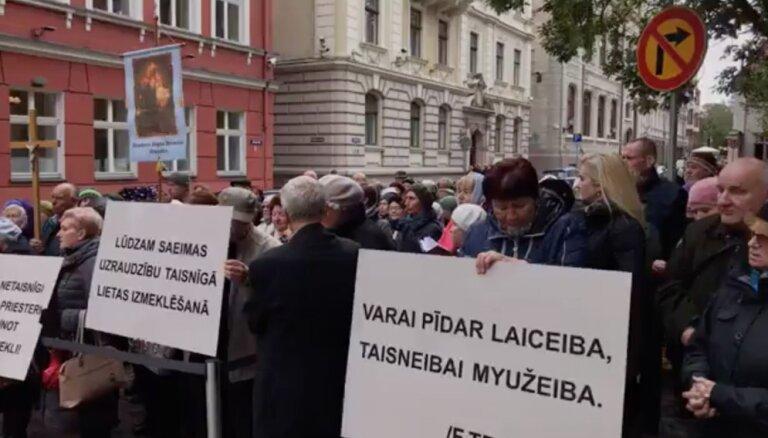 Video: Ar dievvārdiem un dziesmām pie Saeimas piketē Zeiļas atbalstam