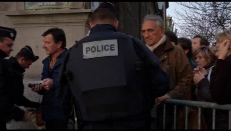 Parīzes uzbrukumi: Masīvā operācijā policija meklē izdzīvojušos teroristus