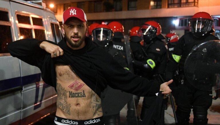 Spāņu un krievu futbola fanu sadursmju laikā Bilbao miris policists