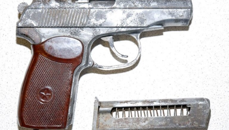 От должности отстранен глава Участка полиции Олайне за потерю двух пистолетов