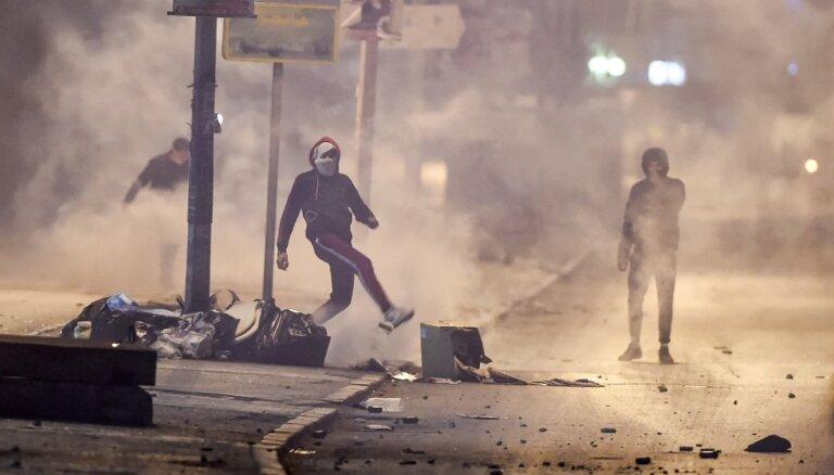 Foto: Tunisiju pārņēmuši vardarbīgi protesti