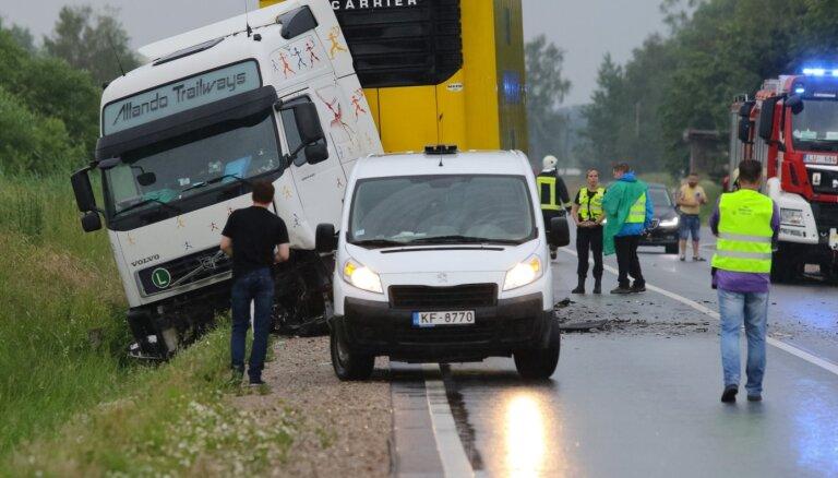 Traģiskā avārijā Kurzemē bojā gājuši trīs cilvēki, no tiem divi bērni