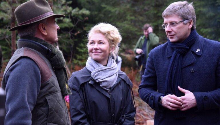Foto: Ušakovs kopā ar sievu Ivetu un domniekiem izraugās svētku egles