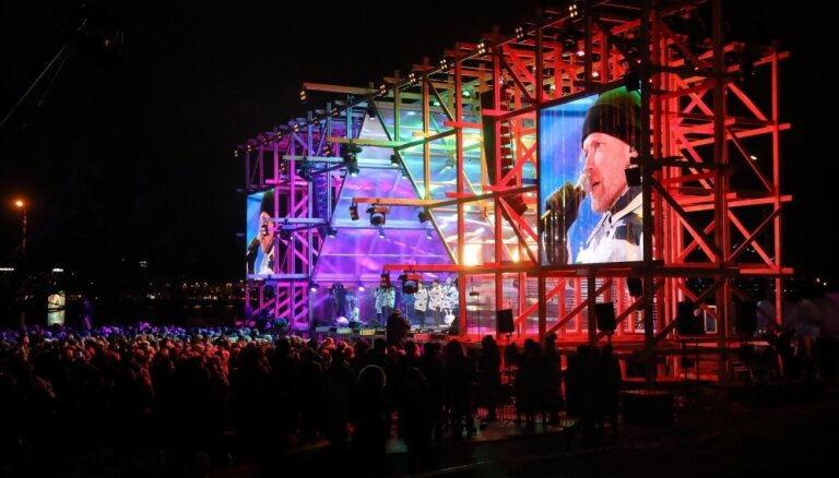 Foto: Svinības turpinās – pie Gaismas pils izskanējis koncerts 'Mīlestības vārdā. 18+'