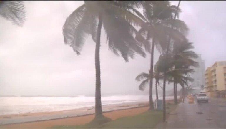 """Ураган """"Ирма"""" ровняет с землей здания на карибских островах по пути к США"""