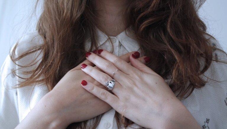Maigas krāsas un sirds ģeometrija – idejas Valentīna dienas nagu dizainam