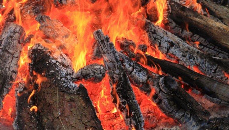 Amatas novadā ugunsgrēkā visu iedzīvi zaudējusī sešu bērnu ģimene lūdz palīdzību