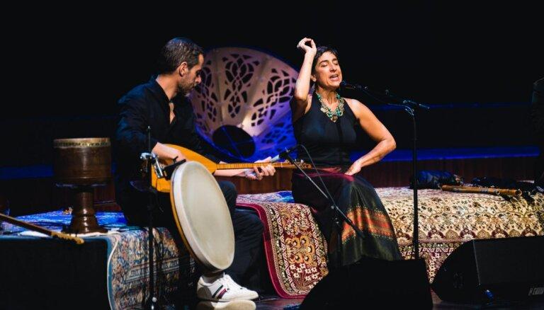 Foto: Persijas noskaņas Liepājā – 'Lielajā dzintarā' muzicē Šemirani ģimene