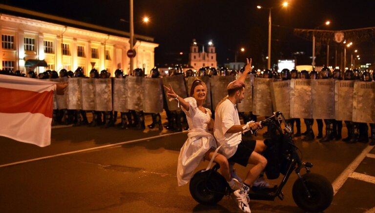Baltkrievijas pilsētās sākas protesti; Minskā notiek sadursmes