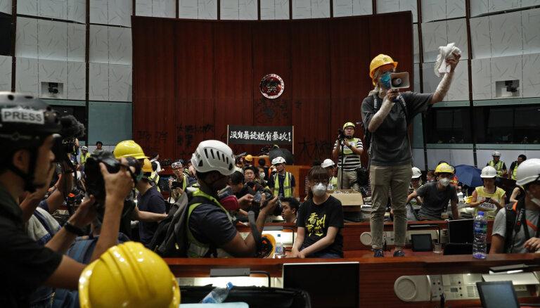 Гонконг: протестующие прорвались в здание парламента