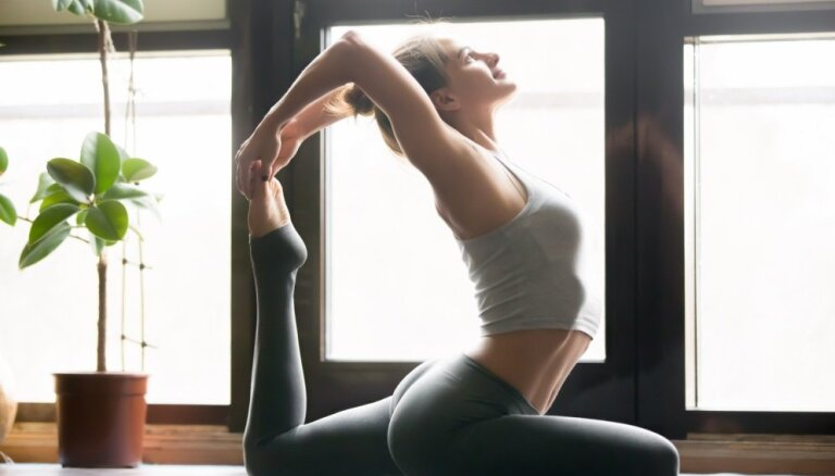 Не выходя из дома: три упражнения для здоровой спины и красивой осанки