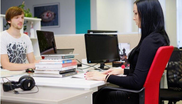 Tipiskākās kļūdas sēdēšanas pozā pie datora, kas noved pie muguras un citām sāpēm