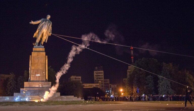 ФОТО: на Украине снесли половину памятников Ленину
