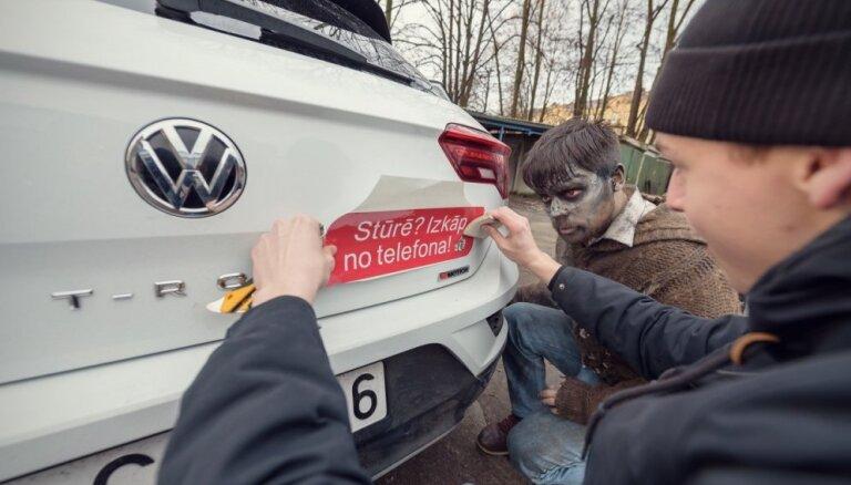 Interesentiem iespējams saņemt kampaņas 'Izkāp no telefona!' auto uzlīmes