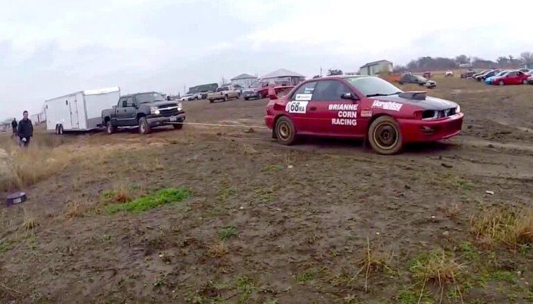 Video: 'Subaru' no dubļiem izvelk pikapu ar treileri