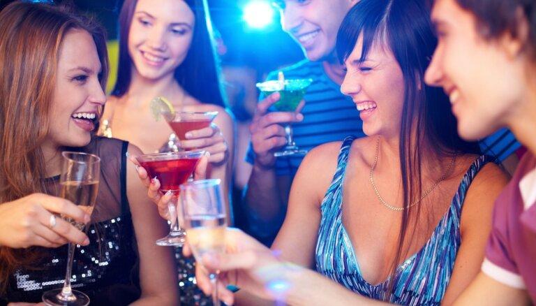 Jautājums un atbilde: vidusskolas absolventu izlaiduma ballē alkoholam jā vai nē?