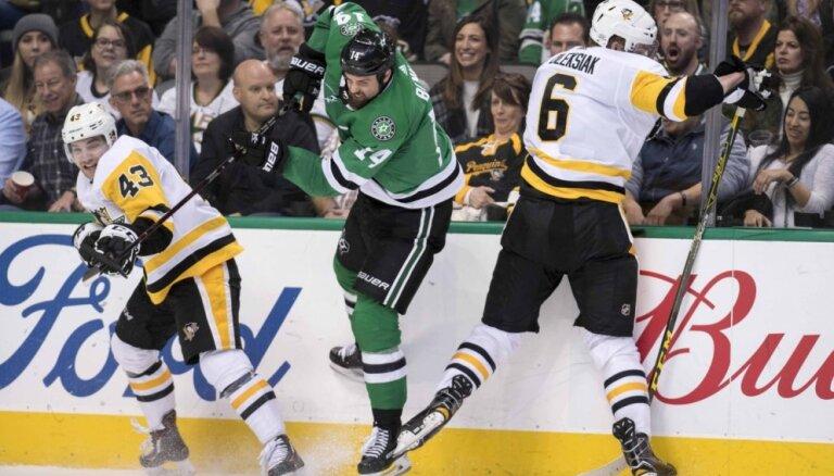 Bļugers vēl nedebitē NHL, 'Penguins' piedzīvo zaudējumu 'bullīšos'