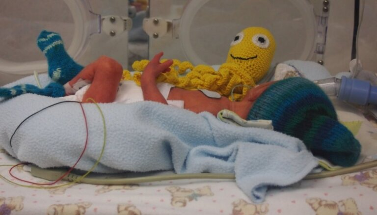 Zeķītes priekšlaikus dzimušajiem - brīvprātīgo darināts pūriņš mazuļiem slimnīcās