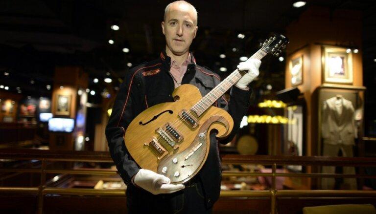 Гитара, на которой играли Леннон и Харрисон, продана за 408 тыс. долларов
