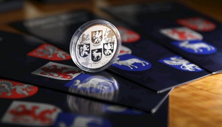 Foto: Latvijas Banka izlaiž Latvijas simt gadu jubilejas 'Ģerboņu monētu'